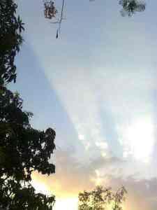 સુર્યોદય સમયે પ્રકાશનું વાદળોમાં પરાવર્તન